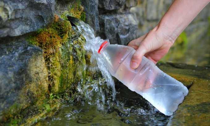 В санаторных условиях терапевтический эффект достигается за счет регулярного употребления минеральных вод. Больным назначаются нейтральные, слабощелочные или слабокислые воды со слабой или умеренной минерализацией