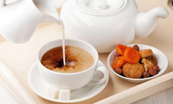 При хроническом панкреатите больные могут пить чай с молоком для снижения болей, нормализации работы ЖКТ и снятия воспаления слизистой