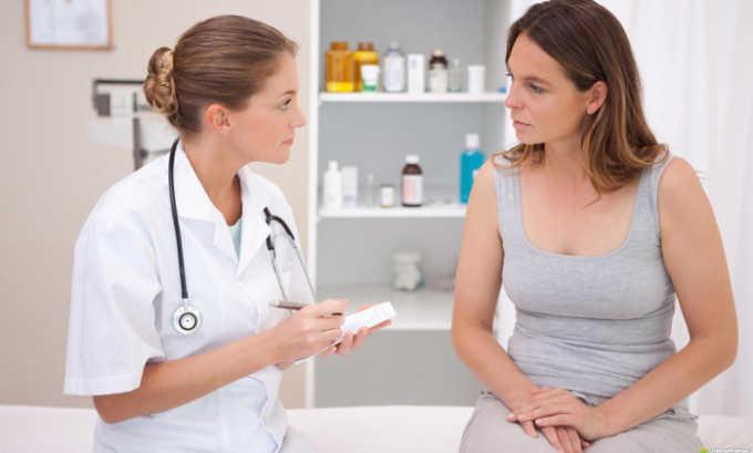 Врач собирает информацию об имеющихся хронических заболеваниях и вредных привычках, анализирует симптомы
