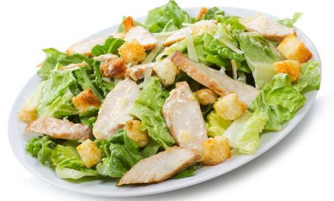 Диетический Цезарь изготавливается из листовой зелени, яиц, белого куриного мяса и помидоров черри. Все ингредиенты берутся в равных количествах. Затем требуется сделать гренки из белого хлеба одинакового размера и посыпать ими нарезанные и уложенные в салатницу компоненты