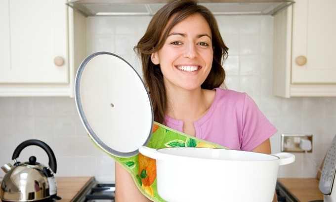 Перед тем как положить овощи для тыквенного супа в кастрюлю нужно вскипятить воду