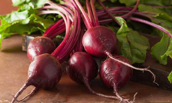 Винегрет получится красивее, если свеклу смешать с маслом отдельно, а затем добавить к остальным овощам