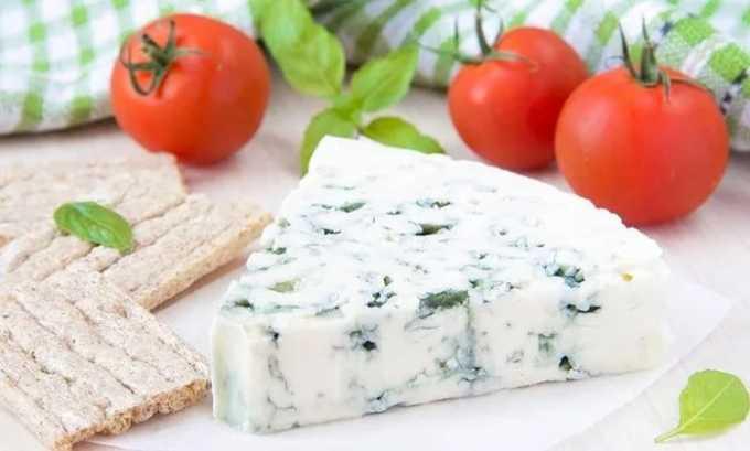При пакреатите сыр с плесенью под полным запретом