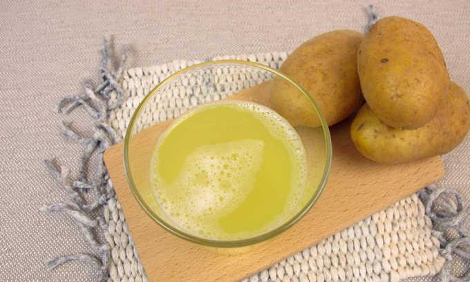 Можно выжать сок из 1-2 сырых картофелин и употреблять его свежим в объеме 100-150 мл перед едой 2-3 раза в день