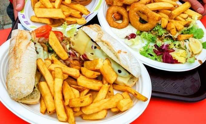 Неправильное питание, при котором в рационе присутствуют жирные, острые и кислые блюда, может спровоцировать появление недуга