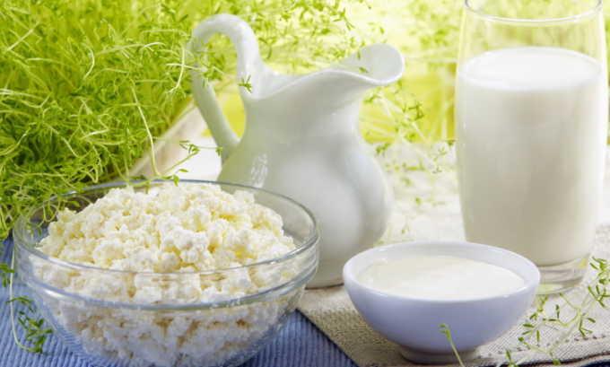 В список разрешенных в диете кисломолочных продуктов входят: кефир, несладкий йогурт, творог низкой жирности