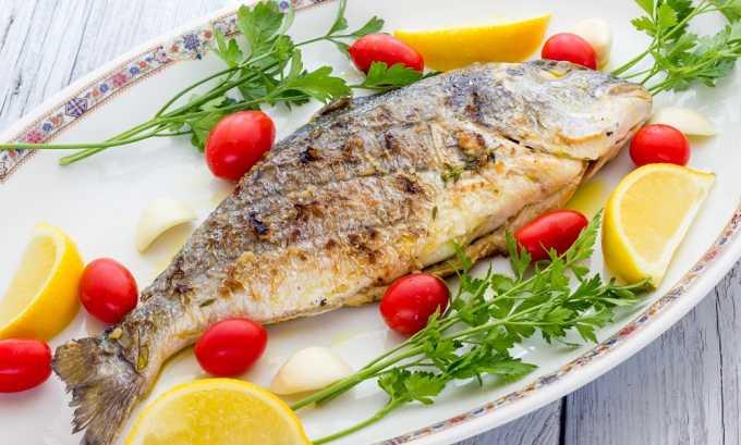 Запеченная рыба с зеленью и лимонными дольками тоже оказывает неблагоприятное влияние на организм при панкреатите