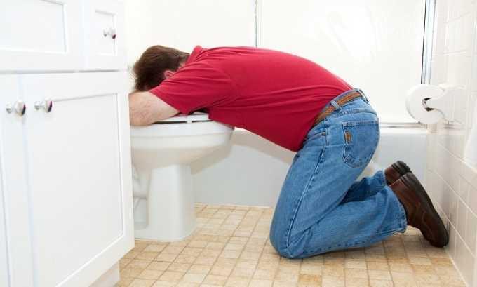 При алкогольном панкреатите наблюдаются частые приступы тошноты с обильной рвотой