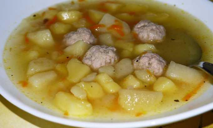 Вариантом мясного супа является суп с фрикадельками. Их надо готовить из нежирных сортов мяса, убрав из него предварительно жесткие волокна
