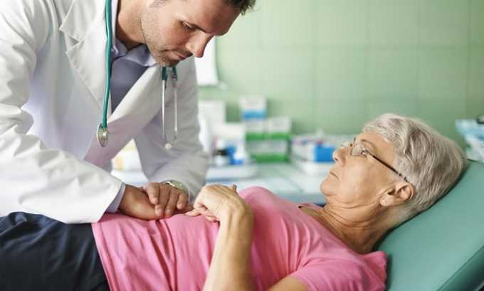 При подозрении на панкреатит врачи обследуют пациента, проводит пальпацию на предмет установления следующих специфических признаков заболевания