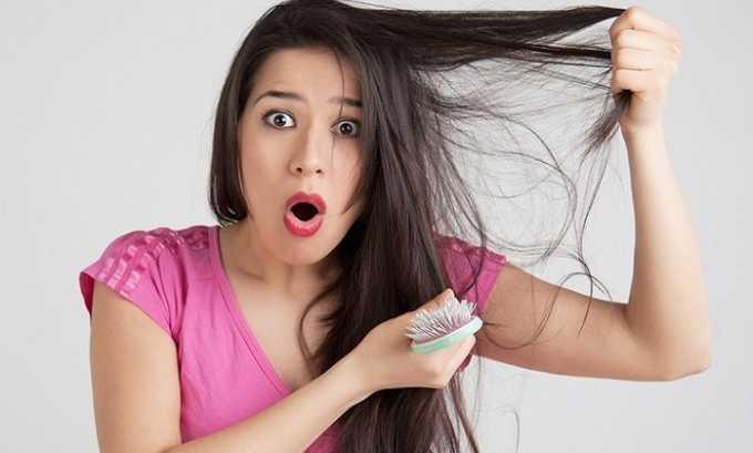 Входящие в состав киви цинк, фосфор и кальций препятствуют выпадению волос