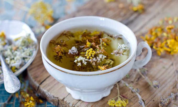 При гастрите рекомендуется принимать лекарственные травы, обладающие противовоспалительным и ранозаживляющим действием. Хорошим сочетанием является сбор из качественного зеленого чая, аптечной ромашки и зверобоя