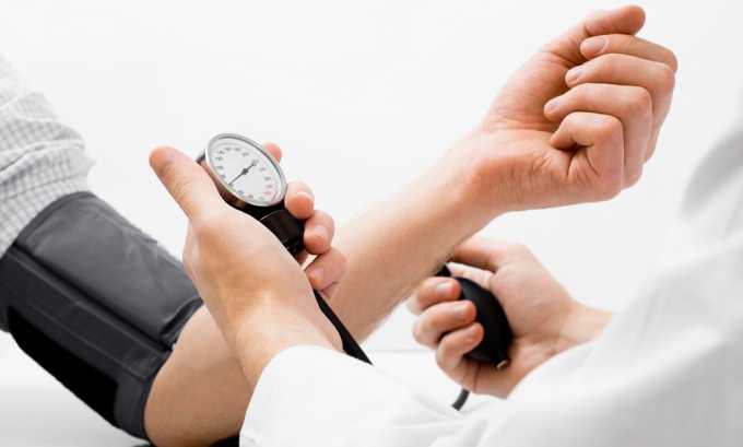 Больным с высоким артериальным давлением нельзя употреблять минеральную воду, содержащую в большом количестве соли натрия