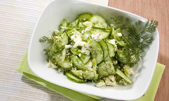Салат из огурцов готовится легко. Необходимо очистить от кожуры 2 овоща, порезать их тонкими кольцами, затем 50 г сыра измельчить на терке и добавить в блюдо, в качестве приправы можно использовать зелень петрушки или укропа
