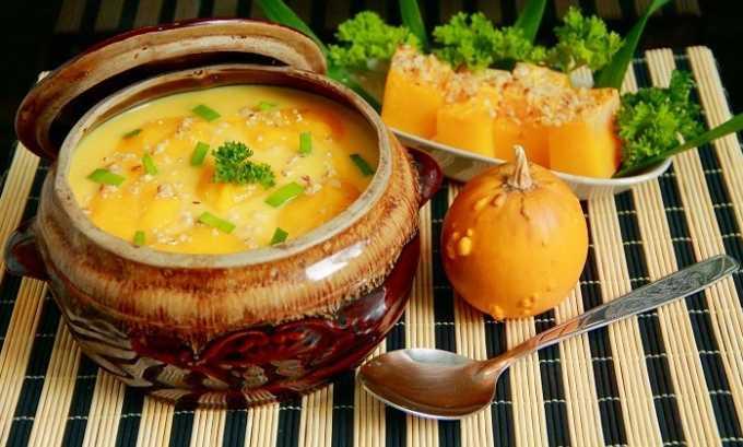 Добавлять зелень в суп нужно только после того, как тыква станет мягкой