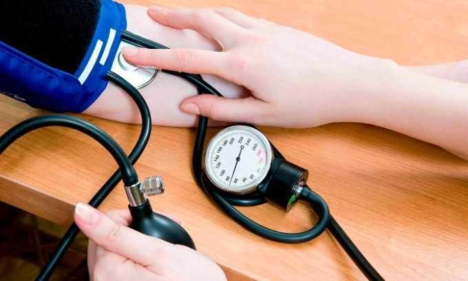 Кроме низкой температуры у больного отмечается понижение давления и ослабление пульса