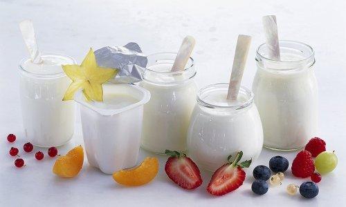 При панкреатите любой формы разрешено употреблять только натуральный йогурт высокого качества без искусственных добавок
