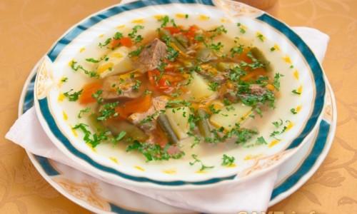 Для приготовления супа говядину заранее отваривают и добавляют к овощам или густому отвару из перемолотого риса