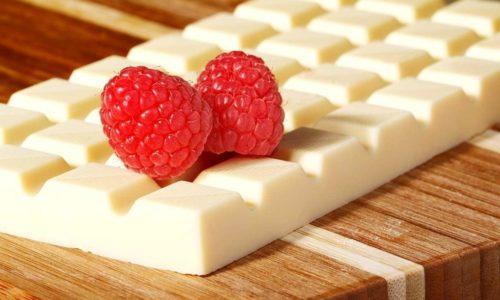 Белый шоколад менее полезны так как в таких сладостях содержится больше искусственных веществ