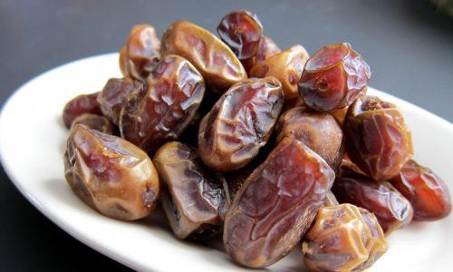 Плоды финиковой пальмы можно употреблять в пищу в вяленом, консервированном, сушеном видах, их часто используют кондитеры и кулинары для приготовления компотов, тортов, соусов, цукатов