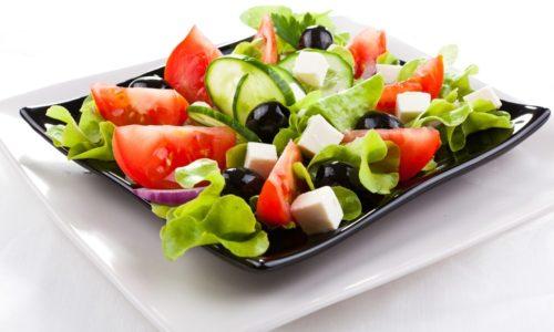 Красоту греческому салату придает крупная нарезка сырых овощей