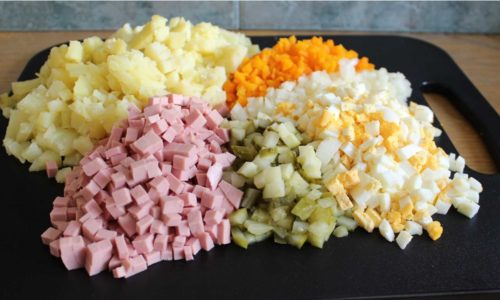 Овощи для Оливье очищаются от кожуры и нарезаются небольшими кубиками и заправляются нежирной сметаной. Т. к. при панкреатите следует избегать острой пищи, блюдо нужно посолить лишь слегка