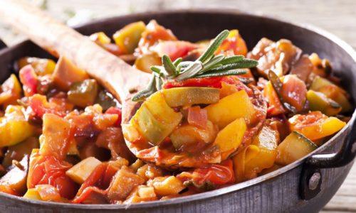 При панкреатите можно приготовить овощное рагу на сковородке