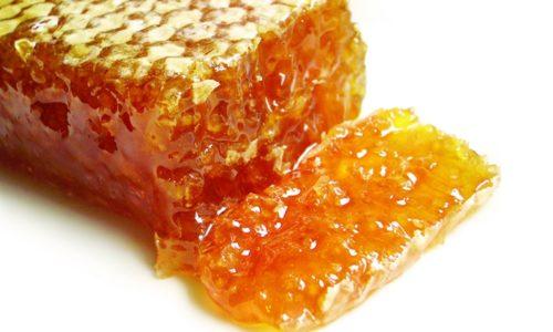 Забрусный мед усиливает перистальтику кишечника, поэтому глотать его лучше при запорах