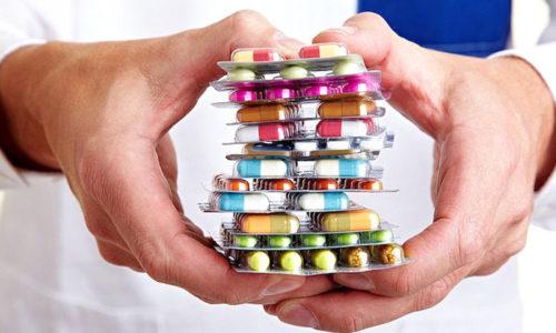 Больному назначают ферменты, Н2-блокаторы гистаминорецепторов и ингибиторы протонной помпы. При сильных болях и вздутиях кишечника применяют обезболивающие, чтобы снять спазм – спазмолитики
