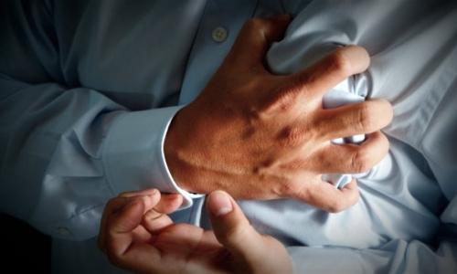 Непрерывные интенсивные спазмы в груди при панкреатите следует отличать от сердечных болей при стенокардии, характеризующихся волнообразностью