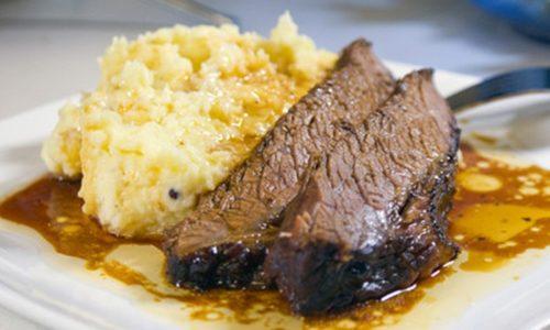 Картофельное пюре с кусочками отварной говядины рекомендуется включить в меню на ужин