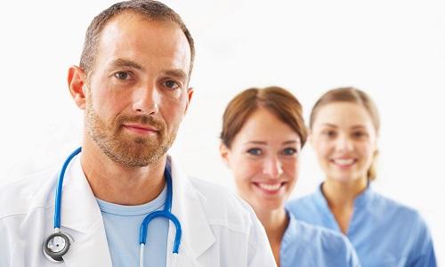 Терапевтический курс лечения панкреатита с использованием капельниц проходит в больнице под наблюдением врача