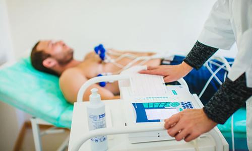 Симптоматика острого панкреатита схожа с проявлениями инфаркта миокарда, поэтому при подозрении на воспаление поджелудочной железы нередко выполняют электрокардиограмму