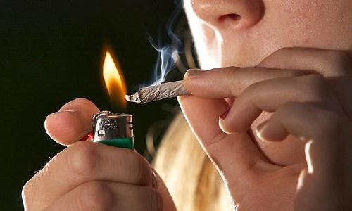 Люди, которые страдают от панкреатита, хотят знать наносит ли курение вред поджелудочной железе