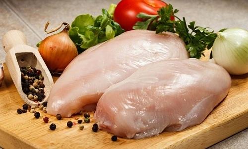 Для приготовления полезного супа-пюре с капустой можно использовать куриную грудку