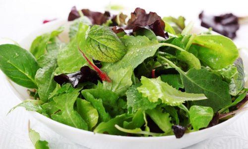 При воспалении поджелудочной железы можно использовать в пищу листовые овощи за исключением рукколы и кресс-салата