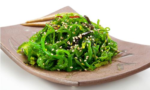 Можно употреблять ламинарию как в чистом виде, так и в салатах, супах, с рыбой или котлетами
