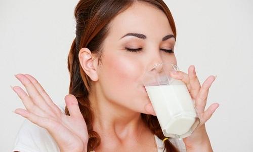 Вечером человек, который страдает от панкреатита или гастрита, может выпить стакан кефира