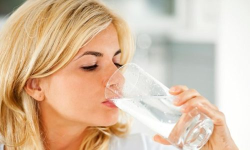 Чтобы избавиться от неприятных симптомов патологии, человеку необходимо на несколько часов отказаться от еды, пить же следует много. Жидкостью может служить минеральная вода без газа или отвар растений