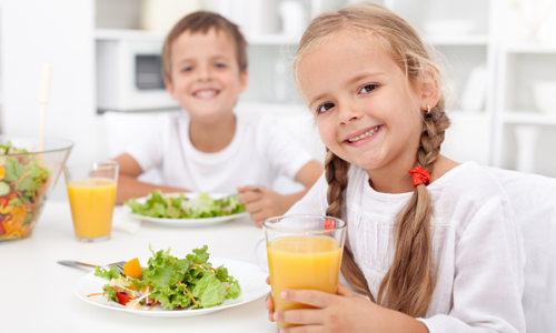 Детям, больным панкреатитом, следует строго придерживаться специальной диеты