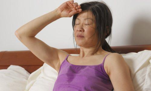 Среди симптомов воспаления поджелудочной железы у пациентов-женщин отмечается потливость