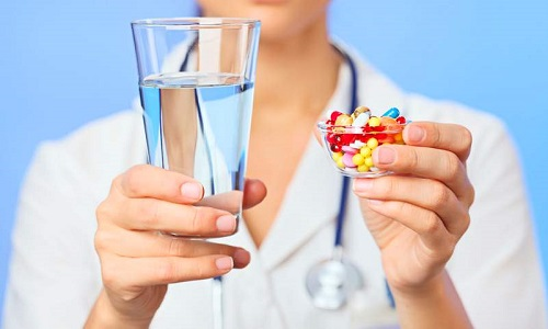 Выбор препаратов связан с сопутствующими симптомами, дополнительно назначаются седативные, гормональные, желчегонные, обволакивающие и другие средства