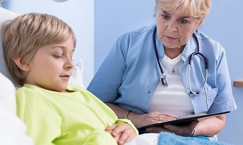 Диагноз врач может поставить на основании осмотра и опроса маленького пациента