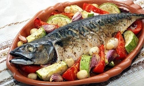 Рыбу можно запекать с различными овощами