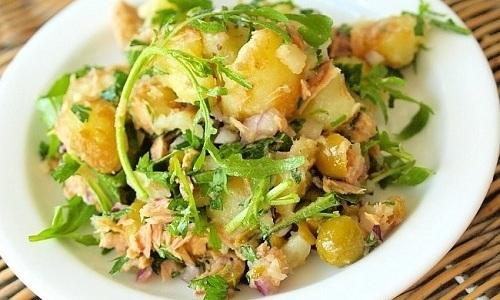 В стадии ремиссии панкреатита картофель не нужно перетирать, можно нарезать его кубиками, добавляя в диетические салаты