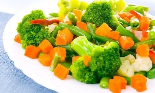 В обед приготовьте салат из разрешенных припущенных овощей