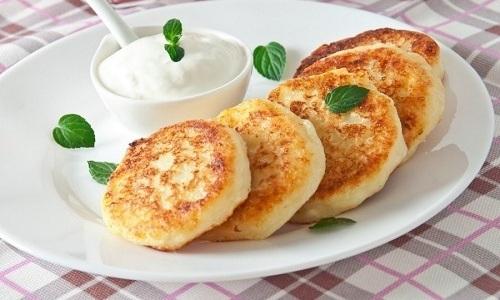Покупая творог у незнакомцев, не употребляйте его в сыром виде, а лучше приготовьте сырники
