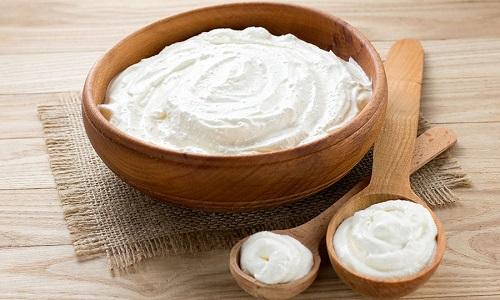 Сметана при панкреатите может быть полезна, но пациент должен внимательно отнестись к выбору данного продукта, так как он обладает высокой калорийностью