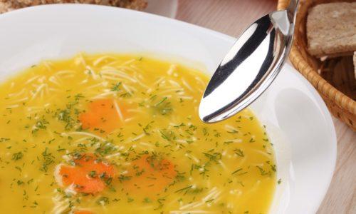 Рацион больного панкреатитом может дополнить вермишелевый суп, приготовленный на основе некрепкого куриного бульона