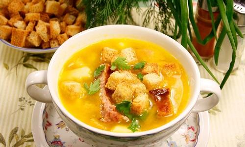Небольшие кусочки сухарей добавляют в суп или любое другое жидкое блюдо